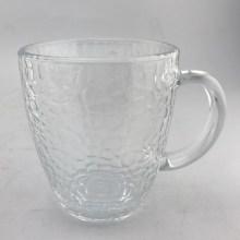 Copo de vidro transparente com padrão de martelo e alça