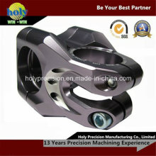 CNC que trabaja a máquina los accesorios de la motocicleta con la aleación de aluminio