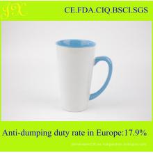 La taza de café de cerámica de la sublimación del V-Shape con estilo al por mayor con el color interno y de la manija