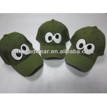La gorra de béisbol del niño lindo con el remiendo del bordado