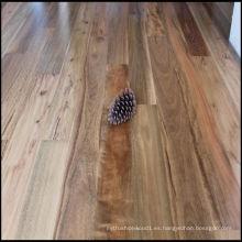 Suelo de madera maciza de chicle manchado