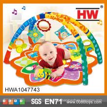 As crianças engraçadas brincam a esteira educativa da esteira adorável