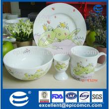 Design de dessin animé coloré set de cadeaux de petit-déjeuner 4 pièces en porcelaine pour enfants avec stand d'oeufs