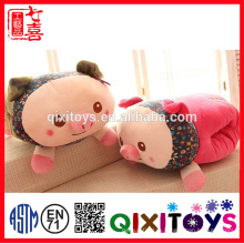 Милый красный свинья улыбка руки теплее подушки и подушки