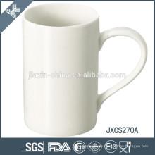 bedeutende kleine Kaffeetasse und Untertasse gesetzt