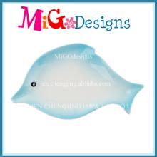 Lindo pescado en forma de anillo de cerámica de color