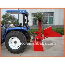 Holzhacker SM04 angetrieben von Traktor