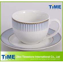 Taza y platillo del té del diseño real