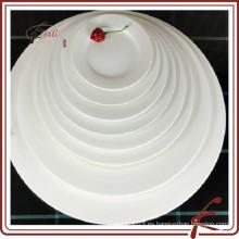 Buffet de cerámica blanca que sirve plato