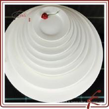Plat à base de buffet en céramique blanche