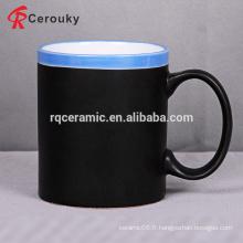 Tasse de porcelaine simple et peu coûteuse en noir et bleu