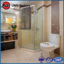 Azulejo de madera de imitación en la ducha del baño.