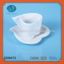 Coração de porcelana branca em forma de xícaras de chá e pires, xícara de café / caneca, copo de coração