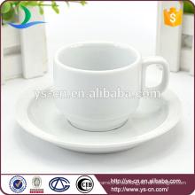 Modem weiße Kaffeetasse und Untertasse Inhaber