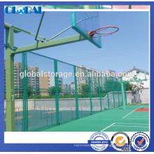 O pó verde revestiu a cerca de aço da rede de arame da segurança para o sportsground