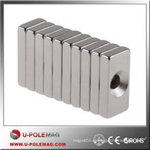 Imán barato del bloque NdFeB / Compre el imán del neodimio Cubo N45 / F50X20X20mm Agujero: Imán del cubo axial de 10m m Neodymium China