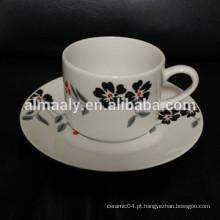 copo e pires de cerâmica para uso doméstico conjunto com decalque