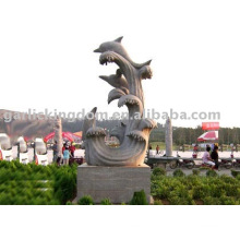 Belle sculpture en pierre aux dauphins