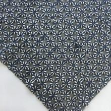Двухцветная цветочная вышивка на черной сетчатой ткани