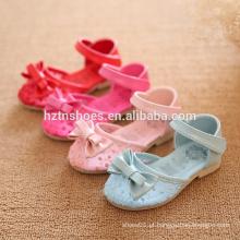 Sandálias de calcanhar plano de várias meninas de cor com bowtie miúdos sandálias