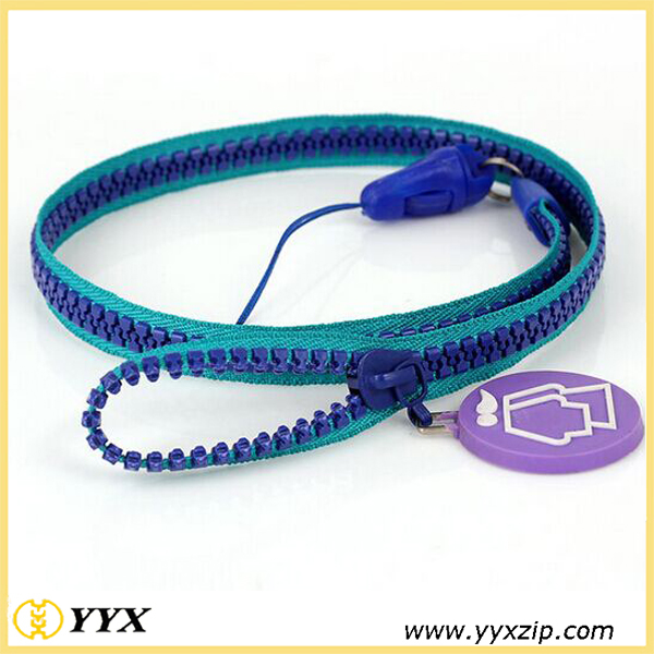 Green edge, blue teeth zip-lanyard
