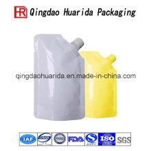 Tenez le sac de bec liquide de matériel stratifié