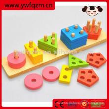 Kinder, die pädagogisches hölzernes Spielzeug ausbilden