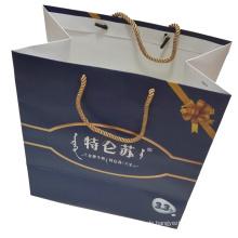 Gedruckte Papiertüte zum Einkaufen und die Geschenkverpackung