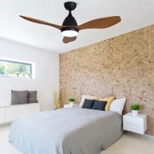 Ventilador de teto com lâmina na cor madeira com luz