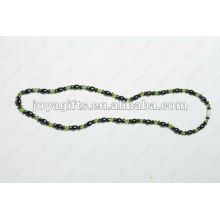 Collier en perles de verre vert à l'hématite magnétique