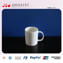 Tasse en porcelaine blanche commune avec une forme différente