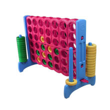 Развивающие игрушки четыре в ряд на открытом воздухе