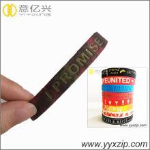 cinturino in silicone con logo in rilievo di colore misto