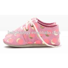 El rosa de lujo antideslizante con los puntos oxford del oro calza los zapatos de bebé al por mayor