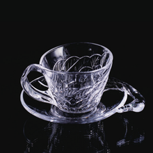 Glasbecher und Untertasse im Schwanenstil