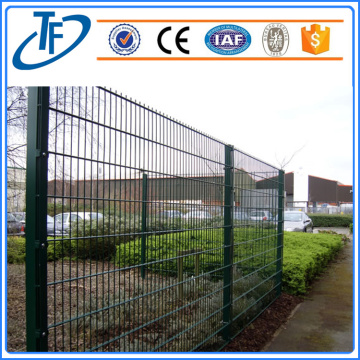 Dark Green Square Post Dipasangkan Wire Mesh Fencing