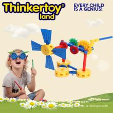 Operação avançada da máquina pelo brinquedo da construção da engrenagem para o menino