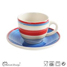 Simple belle tasse de peinture à la main et soucoupe