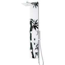 Душевая панель с массажными насадками и душем используется в ванной комнате