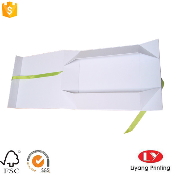 folding box with ribbon