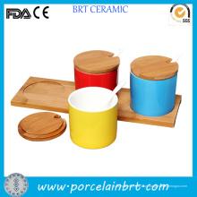 Conjunto de potes de condimento de cozinha de cores diferentes com madeira Pires