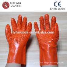Pvc Handschuhe mit großen Partikeln auf Palme