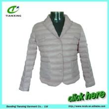 gris claro da vuelta abajo a las mujeres del collar abajo de la capa de la chaqueta