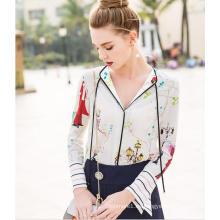 Estampado de primavera con encanto patrón de cuello en V de la mujer de la camisa
