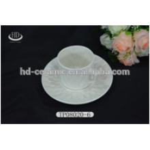 Taza de cerámica popular blanco y platillo