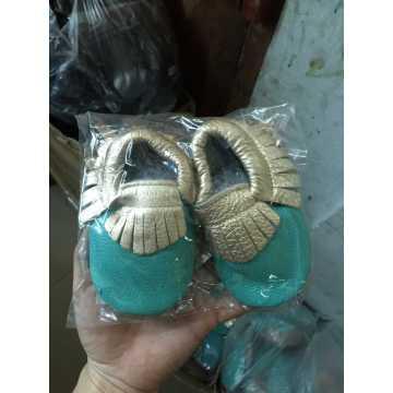 Várias cores sapatos de criança