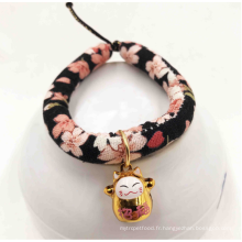 La main unique de collier de cloche de chat font le collier de chat avec la cloche