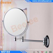 Miroir cosmétique fixé au mur de salle de bains avec magnifié