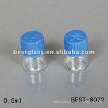 Vial transparente de 0.5 ml con tapón de rosca plástico azul que se usa para laboratorio
