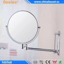 Miroir de maquillage compact mural préféré de la jeune femme